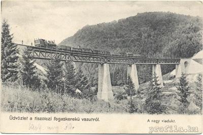 Parný vlak prechádza viaduktom